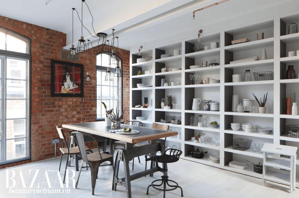 Nếu có quá nhiều đồ đạc trong nhà, bạn có thể đóng hẳn kệ thay vì chỉ làm kệ treo tường. Kệ chạy dọc tường sẽ cho bạn nhiều diện tích sắp xếp nhà cửa hơn. Ảnh: Olive Burns